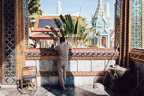 Kay Fochtmann - Thailand - Bangkok - Wat Pho - buddhism - worker - travel photography