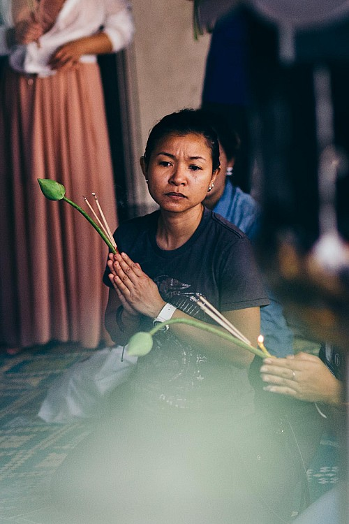 Kay Fochtmann - Thailand - Bangkok - praying woman - religion - travel photography