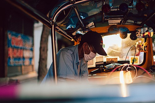 Kay Fochtmann - Thailand - Bangkok - sunset - worker - tuktuk - travel photography