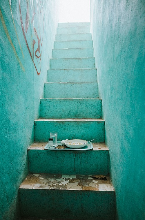 Kay Fochtmann - stairs - breakfast - turquoise - lifestyle photography