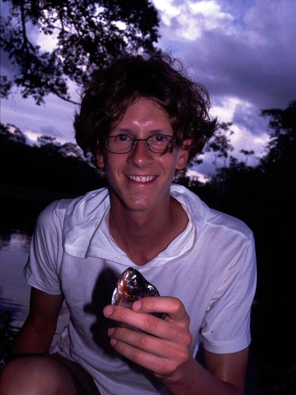 Glücklich mit frisch gefangenem Piranha.
