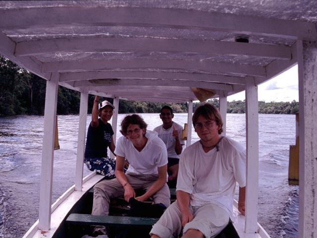"""Jan und ich mit unseren Guides auf der """"Jagd"""" nach dem rosa Flussdelphin."""